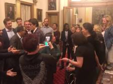 Les conseillers communaux en mode chorale pour le départ d'une des leurs