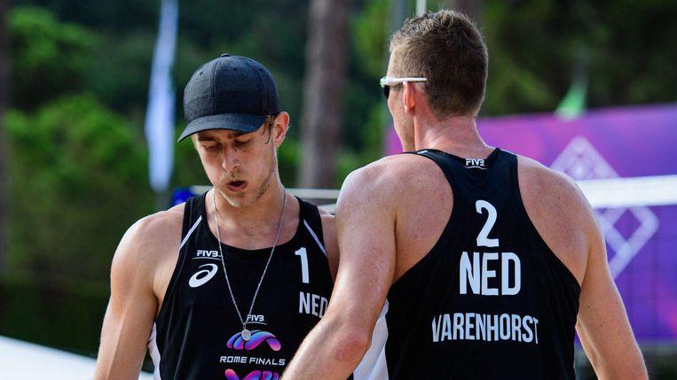 Beachvolleyballers Christiaan Varenhorst en Steven van de Velde bogen het hoofd voor de Russische wereldkampioenen Vjatsjeslav Krasilnikov en Oleg Stojanovski in de kwartfinale van The Finals in Rome. Uiteindelijk wisten ze de vijfde plaats te bemachtigen. Beeld FIVB