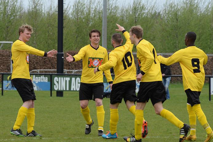 Archiefbeeld: de spelers van VCA vieren een doelpunt.