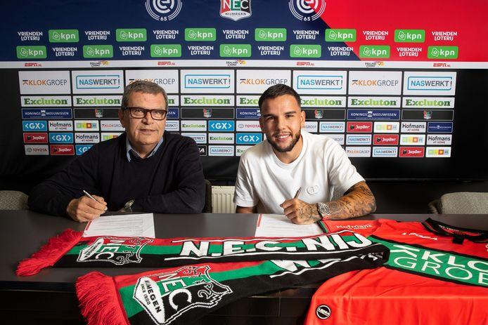 Calvin Verdonk en technisch directeur Ted van Leeuwen ondertekenen het contract van de verdediger bij NEC.
