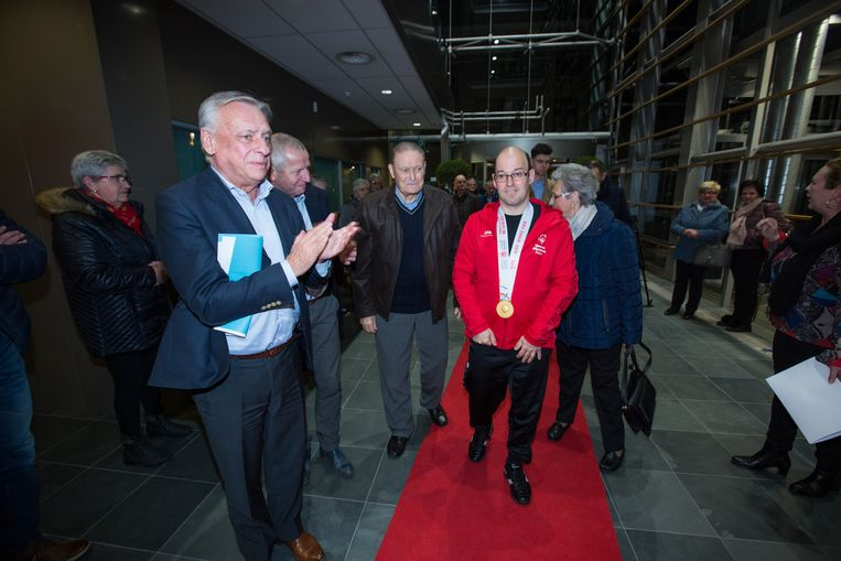 Burgemeester Patrick Dewael huldigde Benny Jans voor het goud en brons dat de Tongerse atleet behaalde op de Special Olympics in Abu Dhabi. Speciaal voor de topatleet werd de rode loper uitgerold in het administratief centrum van Tongeren.