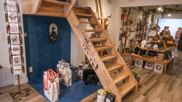 De nieuwe open trap, naar Het Nest op de eerste verdieping