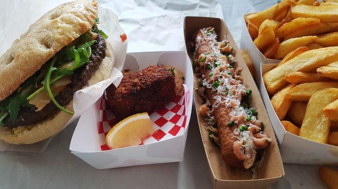 Onze bestelling, exclusief de stoverij van Brasvar-varkenswangetjes: de Limousinhamburger, de huisgemaakte garnaalkroket, de frikandel speciaal met garnaal en truffel en uiteraard frietjes.