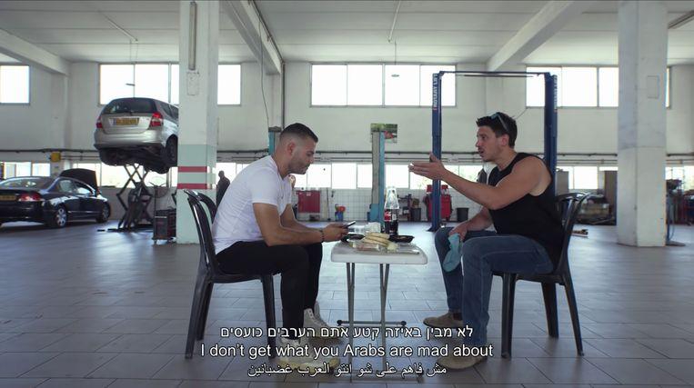 Rosenman (rechts) en Zakout geven elkaar ervan langs in Let's talk straight, een videoclip  vol vooroordelen over Palestijnse en Joodse Israëliërs. Beeld -