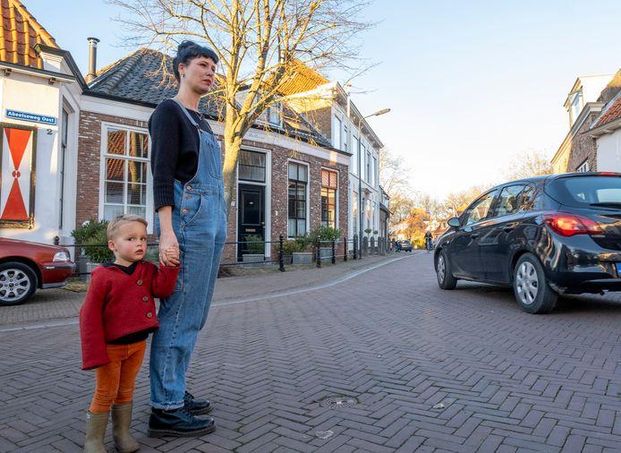 Lilian en zoon Sven Remijn zien dagelijks vele tientallen automobilisten voorbij hun huis 'scheuren'. De meesten hoeven niet in de buurtschap te zijn en overtreden dus het gebod 'uitgezonderd bestemmingsverkeer'.
