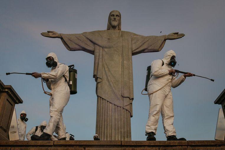 Militair personeel desinfecteert de omgeving van het beroemde beeld Christus de Verlosser in Rio de Janeiro. Beeld Getty Images