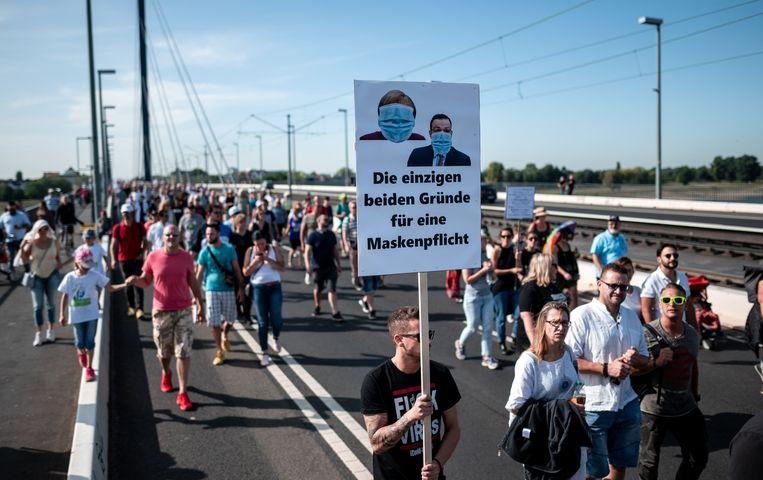 Protestmars in Düsseldorf. 'De acceptatie van de maatregelen gaat fel achteruit.' Beeld Fabian Strauch/dpa