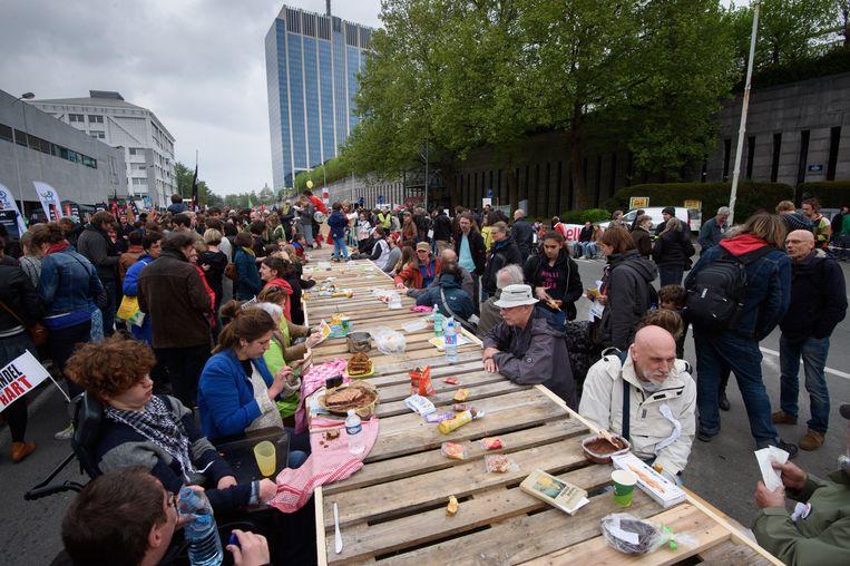 In hartje Brussel plaatste Hart Boven Hard een 700 meter lange tafel.  Beeld Photo News