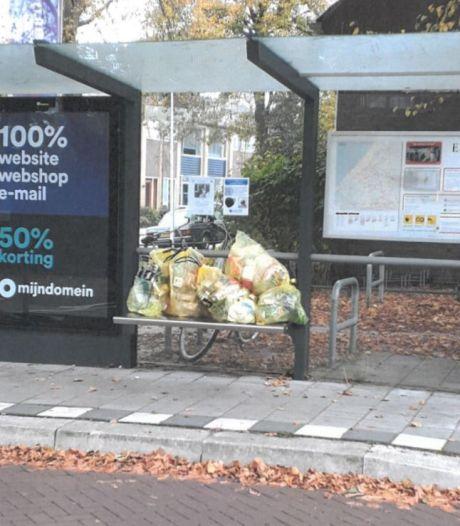Lierenaren zijn het zat en dumpen zakken met plastic afval in een bushokje: 'Dit is geen gezicht'
