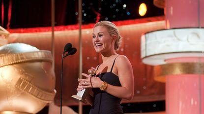 """""""Mijn borsten!"""": True Blood-actrice lacht met 'eigen striptease' op BBC-journaal"""