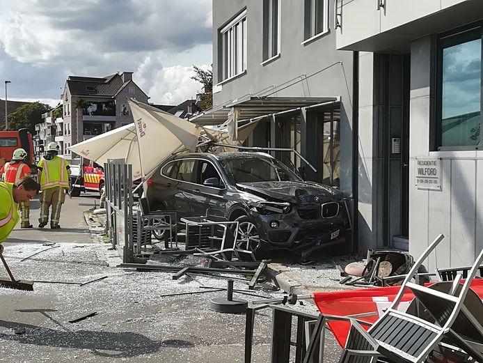 Eén jaar geleden reed een zware BMW frontaal in op het terras.
