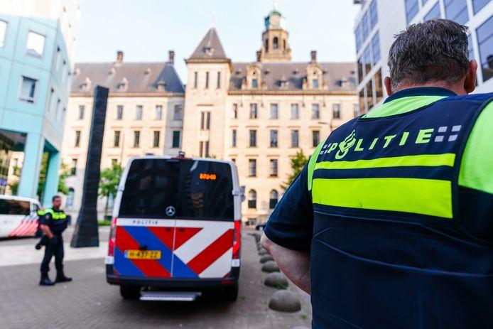 Politie bij het stadhuis aan de Coolsingel. De politieke bijeenkomst over Feyenoord City van vanavond in het stadhuis is op last van burgemeester Aboutaleb opgeschort 'vanwege ontvangen signalen over bedreigingen en intimidatie'. F