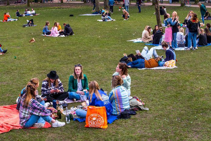 Jongeren in Park Lepelenburg in Utrecht.