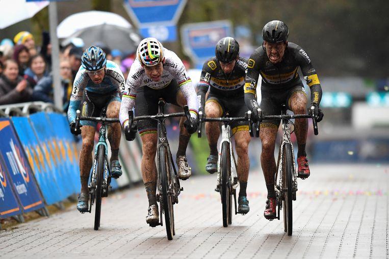 Van Aert won de sprint voor de tweede plaats voor Meeusen, Pauwels en Van der Haar Beeld BELGA