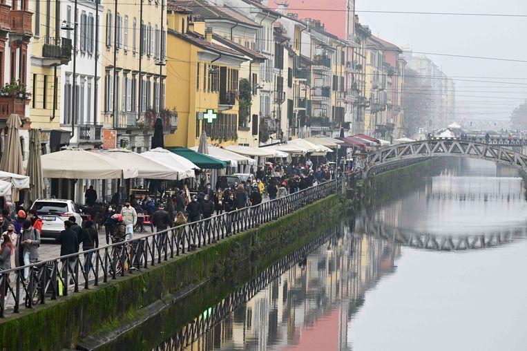 Grote drukte aan de terrasjes aan het Naviglio kanaal in Milaan Beeld AFP