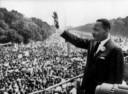"""Martin Luther King bedankt de meer dan 250.000 toehoorders die hebben geluisterd naar zijn wereldberoemde speech """"I have a dream"""". Deze speech wordt gehouden op 28 augustus 1963 in Washington D.C."""