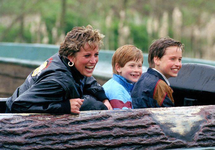 Prinsen Harry en William met hun moeder Diana.