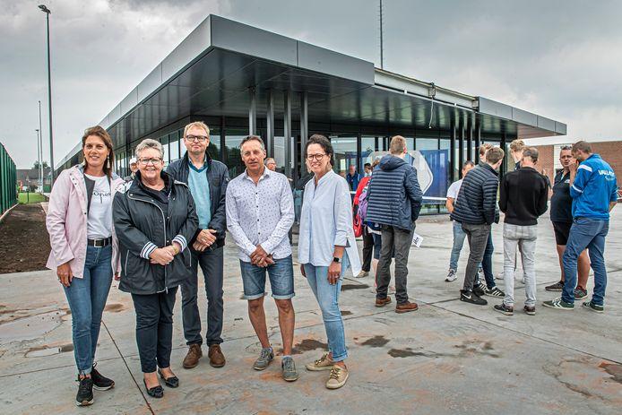 Ann Gunst, Ria Beeusaert-Pattyn, Ivan Vandenbussche, Koen Vanhoutte, Els Kindt bij de opening van het nieuwe sportcentrum op 10 juni