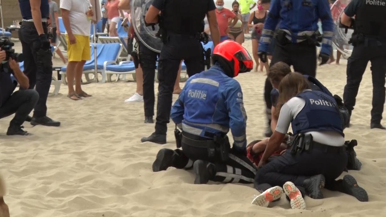 De politie moest zaterdag ingrijpen bij een massale vechtpartij op het strand van Blankenberge. Beeld BELGA