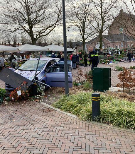 Auto rijdt dwars door kraam van Apeldoornse bloemenverkoper op weekmarkt Nunspeet