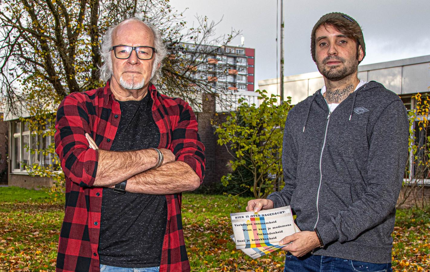 Tonio Aa (l) en Peter (r) delen folders uit in de buurt Dieze-Oost.