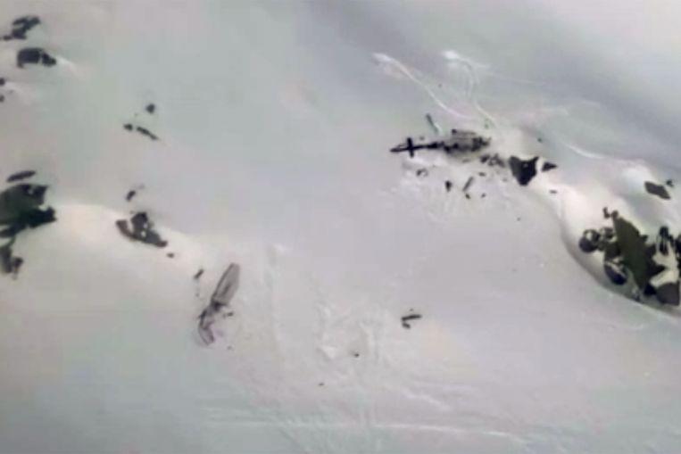 Een beeld van het neergestorte vliegtuig en de helikopter.