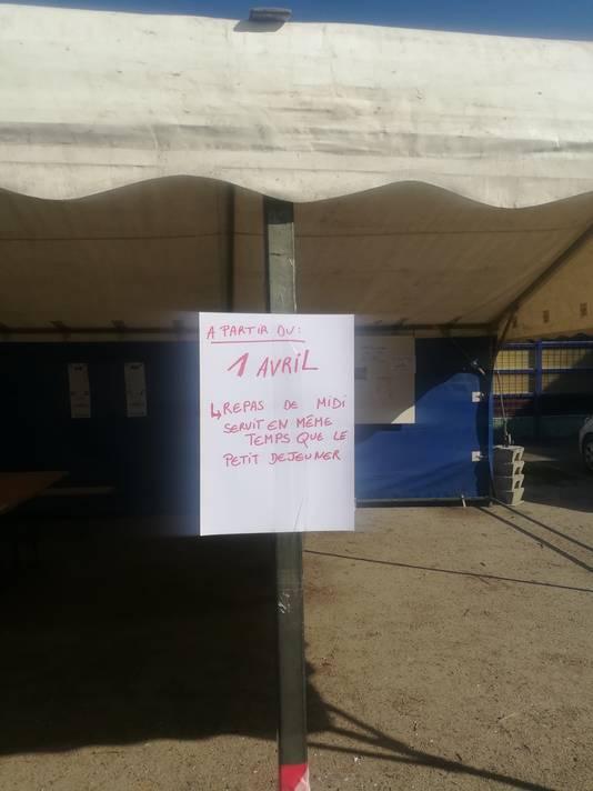 La distribution de nourriture sur le camp du parc Astrid est réduite, dès ce mercredi, à une fois par journée. Les agents seront donc deux fois moins présents sur le camp.