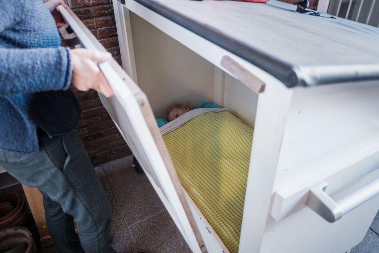 Sommige kindjes van De Groene Hazelaar slapen warm ingeduffeld buiten in babyhuisjes. Beeld Bob Van Mol