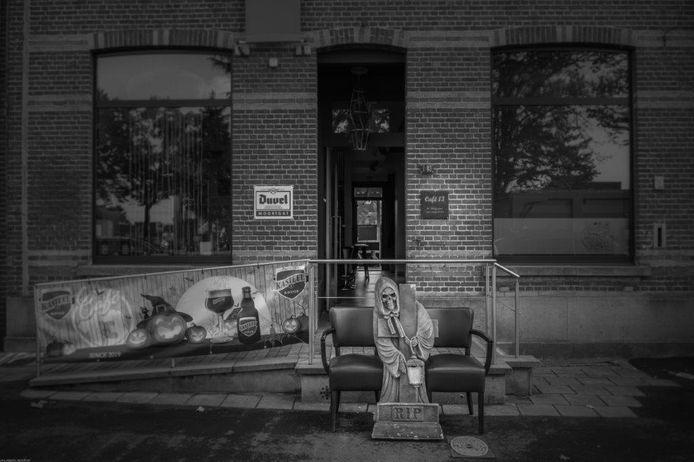Café 13 op de Markt in Kasterlee. De twee lege stoelen symboliseren de technische werkloosheid van twee werknemers