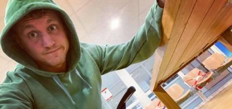 Presentator Kaj Gorgels struikelt en krijgt mes in zijn knie