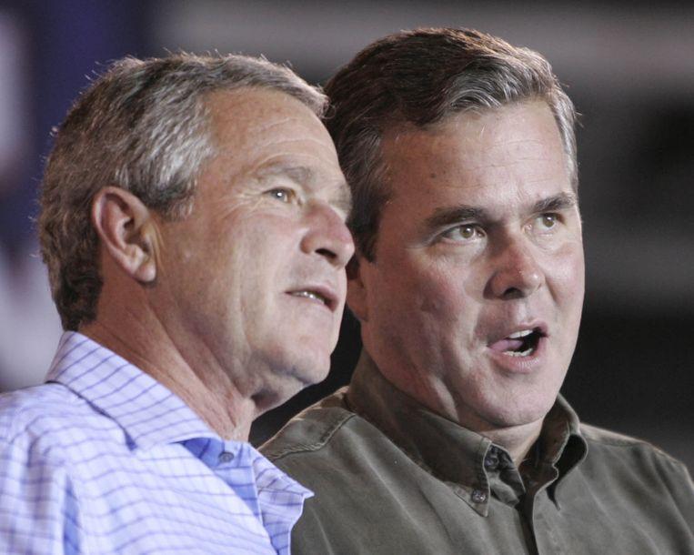 George W. Bush met zijn broer Jeb. Beeld REUTERS
