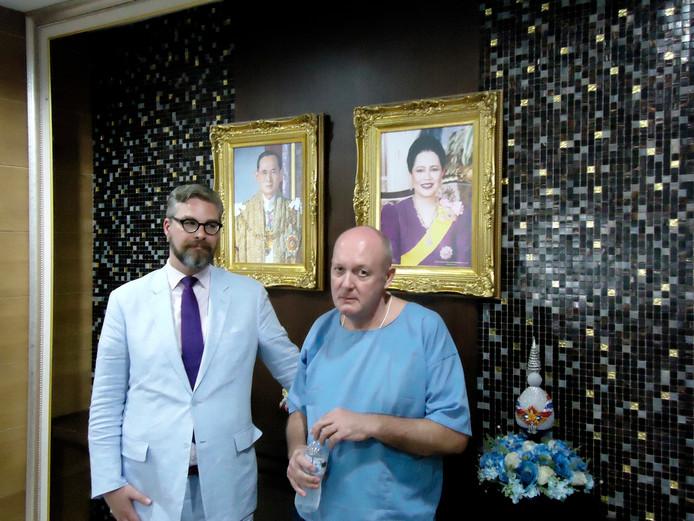 Advocaat Sidney Smeets staat Johan van Laarhoven, oprichter van The Grass Company, in Thailand bij.