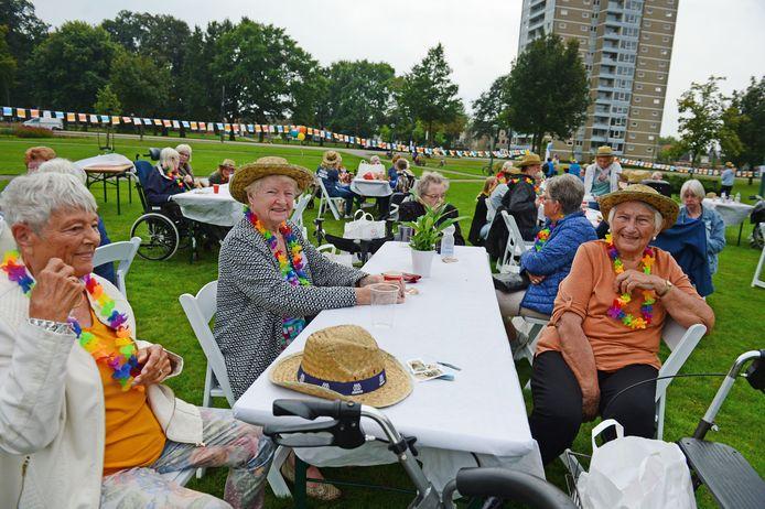 Picknick van Manna, bij gebouw De Wingerd in het Blijdensteinpark in Enschede.