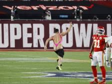 La belle percée d'un streaker en maillot rose au Super Bowl