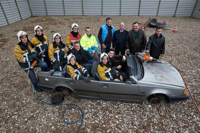 Brandweermannen uit Duiven en Calafat gingen in 2008 aan de slag op het terrein van autosloperij de Moestuin in Duiven. Doel was de Roemenen vertrouwd te maken met allerlei materiaal, gereedschap en technieken.
