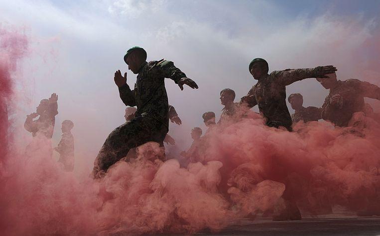 Soldaten van het Afghaanse nationale leger marcheren tijdens hun afstudeer-ceremonie (2011). Beeld AFP