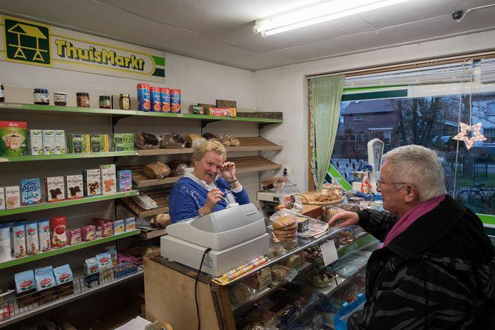 Tranen bij Corrie Rombout wanneer ze een trouwe klant vertelt dat haar winkel eind deze maand de deuren sluit.