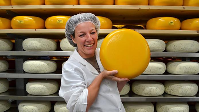 Marieke produceert nu - met dertig man personeel - 3200 kilo Goudse kaas per week.