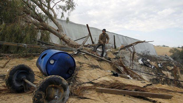 Palestijnen ruimen de schade op na een bomaanslag met Israëlische raketten