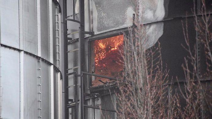 Ook uren na de stofexplosie brandde het nog altijd in de silo.
