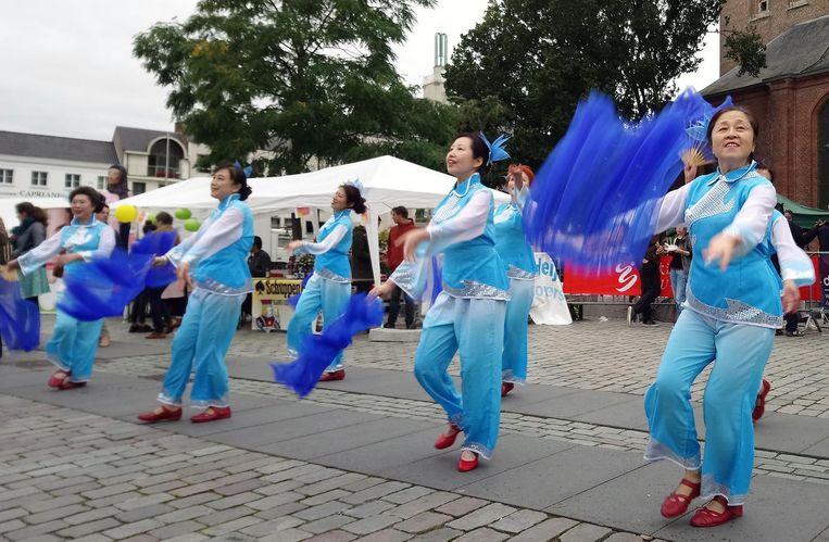 Japanse dames brengen een traditionele dansshow.