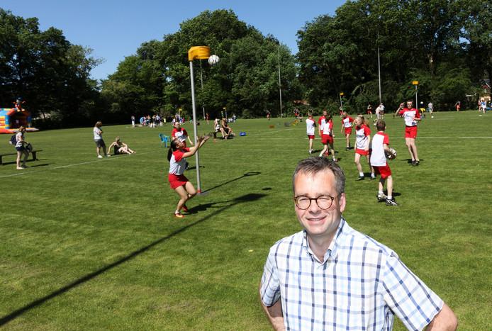 Wim Jansen, voorzitter van korfbalclub Rood Wit in Wezep. Op de achtergrond het grasveld waar de korfballers nu nog op spelen.