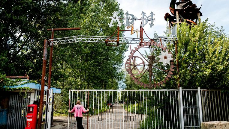 Toegangspoort tot het in 1997 gekraakte ADM terrein, een vrijhaven in het Westelijk Havengebied. Beeld anp