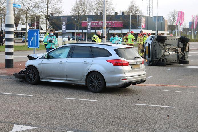 Bij een ongeluk op de kruising van de Stephensonstraat met de Lorentzstraat in Harderwijk belandde een auto op de zijkant.