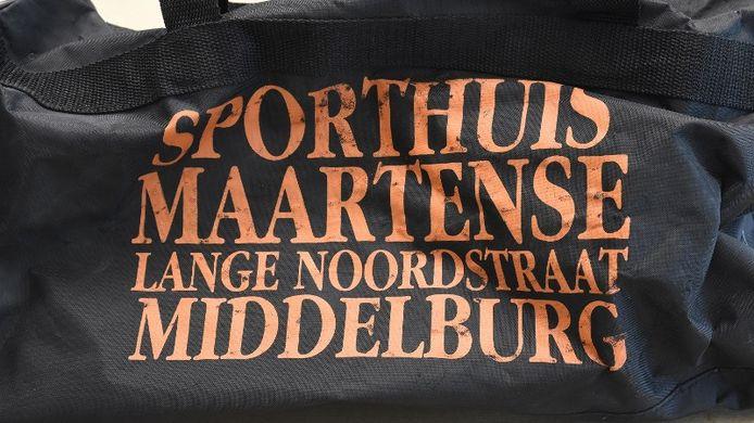 De sporttas die na de overval in Grijpskerke werd achtergelaten.