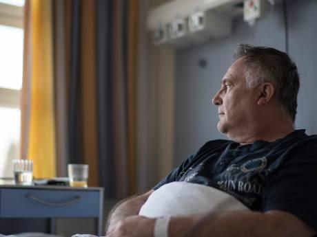 Een paar dagen na 'de prik' kan Derk Jan nauwelijks meer op zijn benen staan: 'Hoe toevallig kan het zijn?'