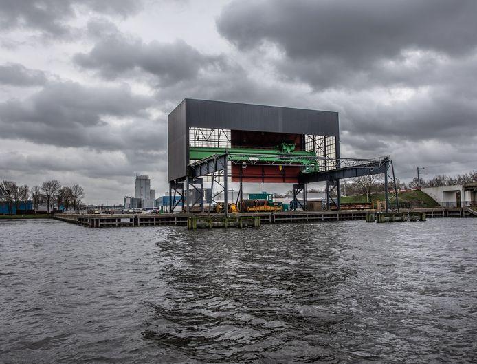 De vergunning voor een biomassacentrale op deze hoek aan de Katwolderhaven (bedrijventerrein Voorst) is binnen. In april komt een nieuw onderzoek over deze energievorm uit. 'Kon daar niet op gewacht worden?', vragen PvdA en D66 zich af.