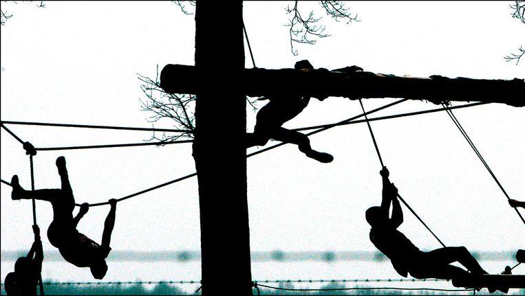 Bij survivalrun rent de sporter een parcours met obstakels door bossen, akkers en sloten Beeld anp