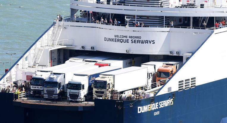 Een ferry is onderweg naar Dover. Bij een 'no deal' kan de route tussen Dover en Calais snel een flessenhals worden. Beeld EPA