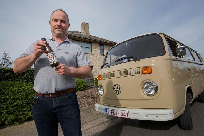 Wout Caron van 'Rondje Westhoek' bij een van zijn drie busjes. In zijn handen houdt hij het promobier dat speciaal voor zijn zaak werd gebrouwen.